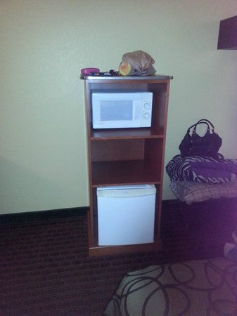 Baymont Inn & Suites Pigeon Forge: mini fridge and microwave
