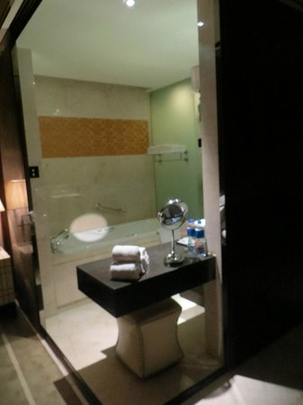 Sheraton Xi'an North City Hotel: Bano de la habitación doble