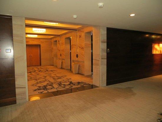 Sheraton Xi'an North City Hotel: Pasillo a los elevadores