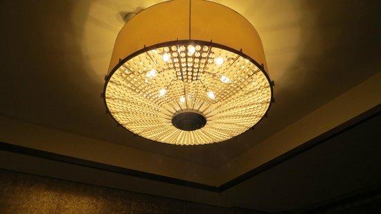 Sheraton Xi'an North City Hotel : Lampara en la habitación principal