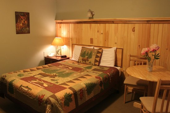 Vacationland Inn: 1 Queen Bed with a Maine Lodge Feel