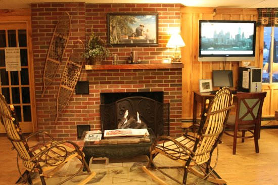 Vacationland Inn: Lobby Relax by the Fireplace