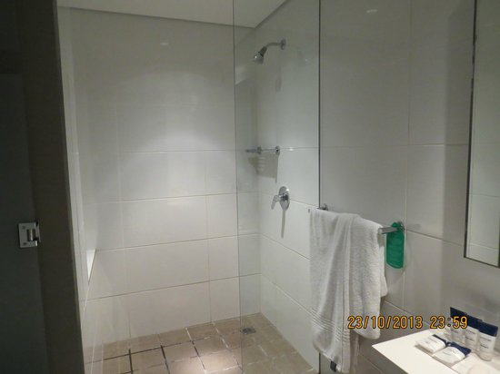 Protea Hotel by Marriott Cape Town Waterfont Breakwater Lodge : Nice big shower