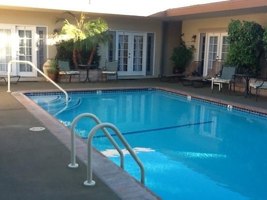 أولد رانتش إن: pool area, right outside rooms- nice