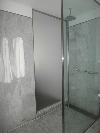 Broadway Hotel & Suites: banheiro do quarto 711