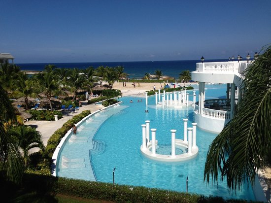 Grand Palladium Lady Hamilton Resort & Spa: The pool with swim up bar 2013