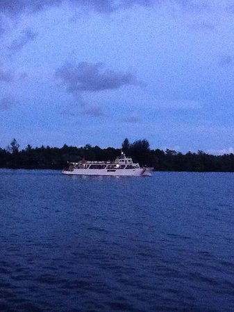Madang Resort Hotel: Ship passing room in the evening