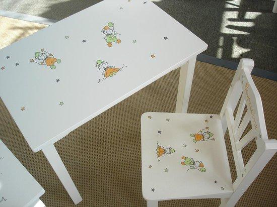 LElephant Blanc Table Et Chaise Tout Bois