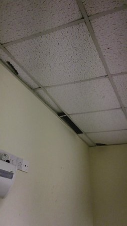 Killigarth Manor Holiday Park : Worn out ceiling (childrens play room)