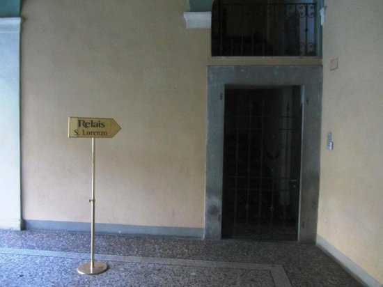 Relais San Lorenzo: Inside museum, gate to hotel