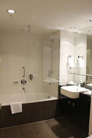 Adina Apartment Hotel Berlin Mitte: Very nice bathroom