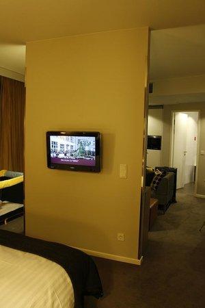 Adina Apartment Hotel Berlin Mitte: Bedroom TV