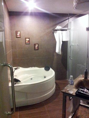 Shervinton Executive Boutique Hotel: Jacuzzi bath!