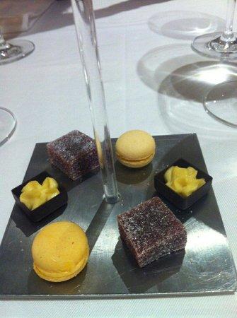 Les Jardins d'Aliénor : Miniardises : macarons mandarine, pâtes de fruits, chocolat mousses de mangue