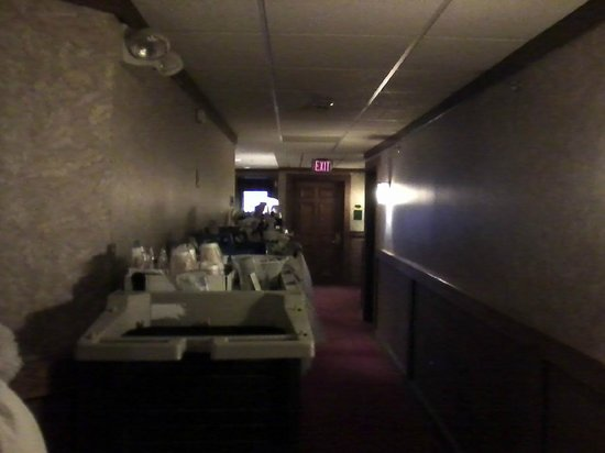 Craftsman Inn: The gauntlet of cleaning carts in hallway which stayed in place for over 24 hours during our sta