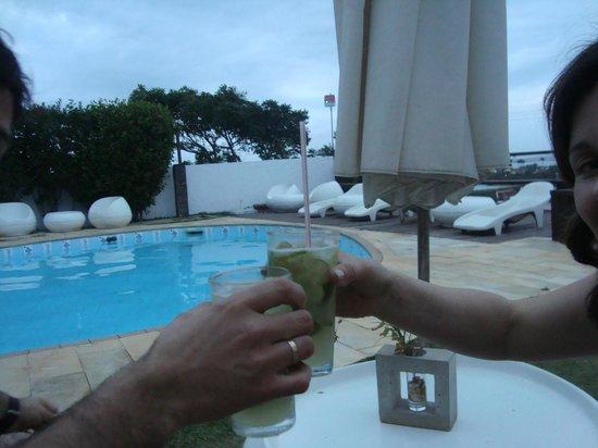Buzios Arambare Hotel: pileta al aire libre con solarium y barraa de tragos..