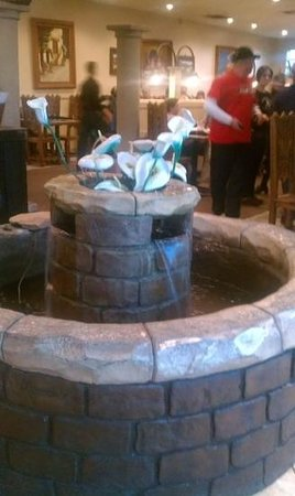 Alfredo's Mexican Cafe: wishng fountain. theme is those water lillies