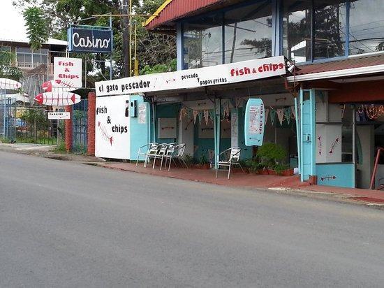 El Gato Pescador: Local bus to Quepos stops right in front of the restaurant
