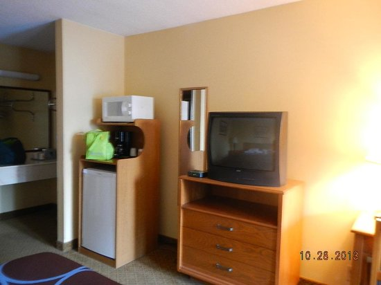 Super 8 Lancaster: amenities