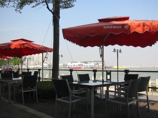Talay Thai: 海風に吹かれて屋外テーブルで。