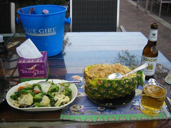 Talay Thai: パイナップル炒飯とサラダ