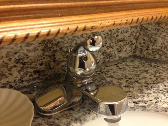 BEST WESTERN PLUS Richmond Airport Hotel: Faucet to close to mirror