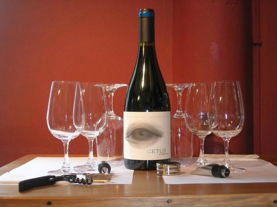 Esencia Uruguay: Elegir un vino de la tienda para beber en una mesa