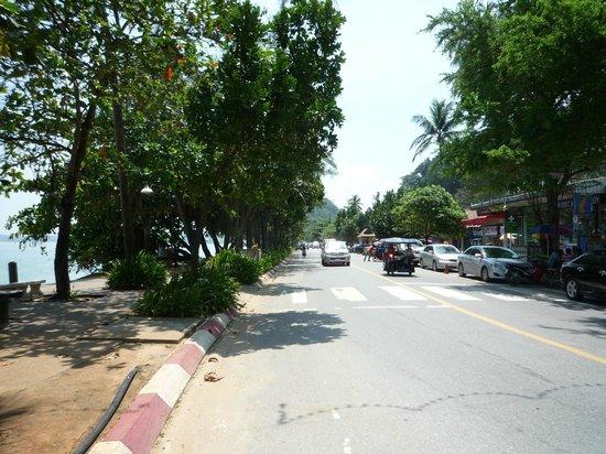 Aonang Villa Resort: ホテル前三差路③