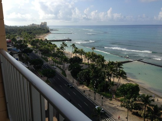 Pacific Beach Hotel: Room 1420 view east toward Diamond Head