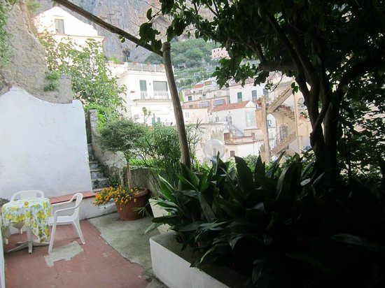 Hotel Amalfi: Garden area outside our room