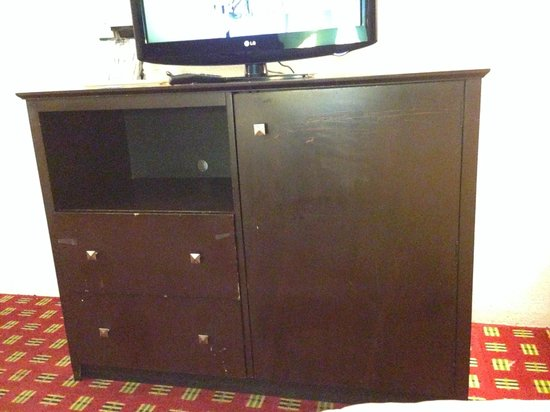 Comfort Inn & Suites: Beat up entertainment table