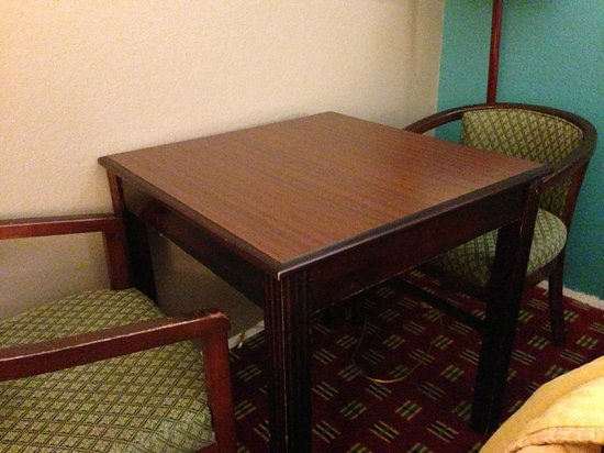 Comfort Inn & Suites: Beat up table.  Chairs were stained