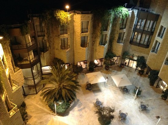 Inbal Jerusalem Hotel: Courtyard at night