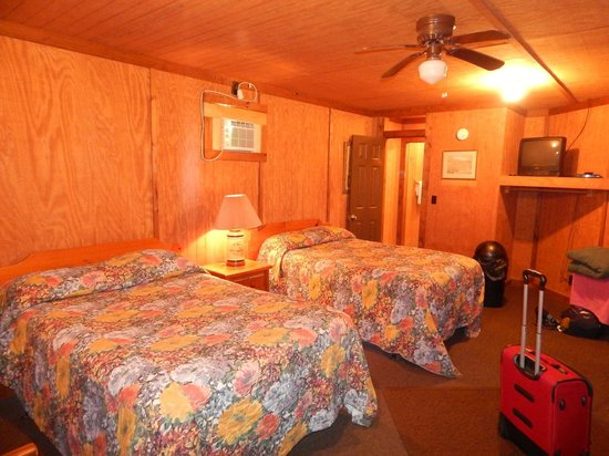 A Nice Little Motel : 2 Double beds in our room.