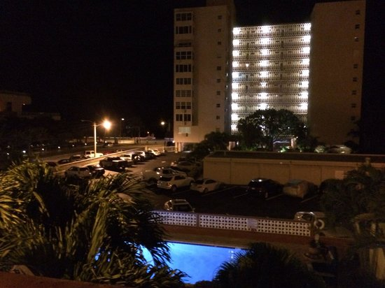 The Shell Resort: The pool is gorgeous at night