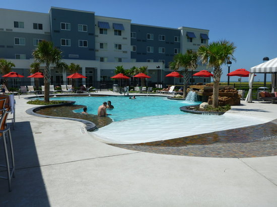 Courtyard by Marriott Galveston Island : Pool view towards Courtyard