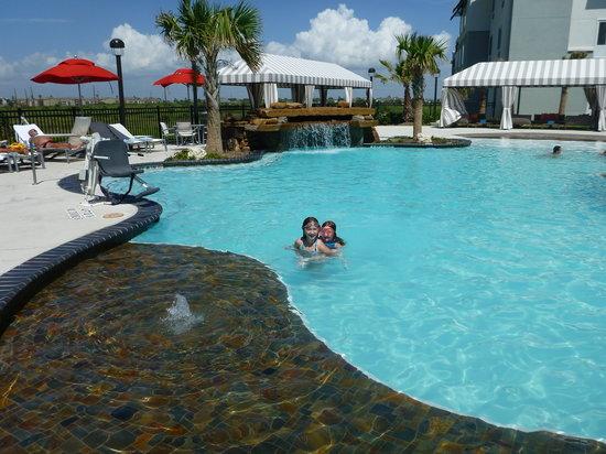 Courtyard by Marriott Galveston Island: Pool waterfall
