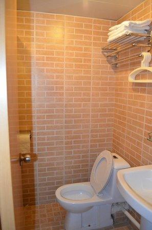 Golden Crown Guesthouse: bathroom