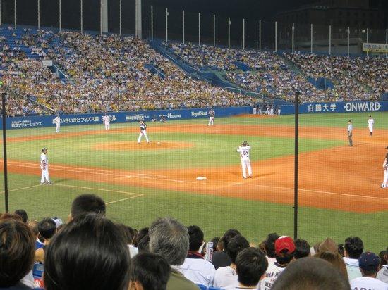 Jingu Baseball Stadium: Swallows bases loaded