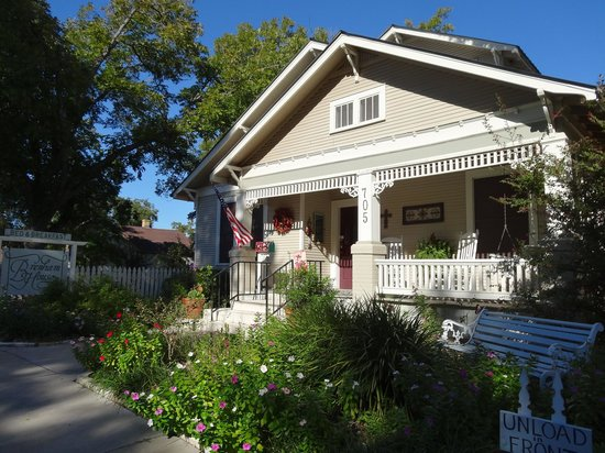 Brenham House Bed and Breakfast: Flowers everywhere & in October