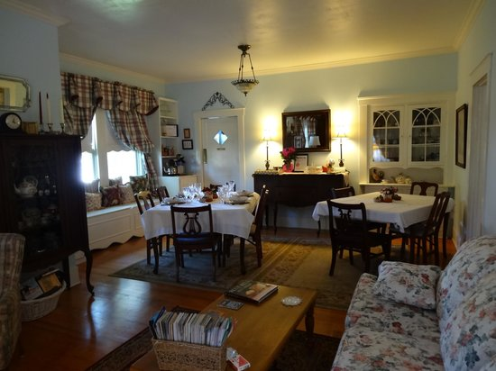 Brenham House Bed and Breakfast: Chocolate Chip Cookies right over there on the table :-)