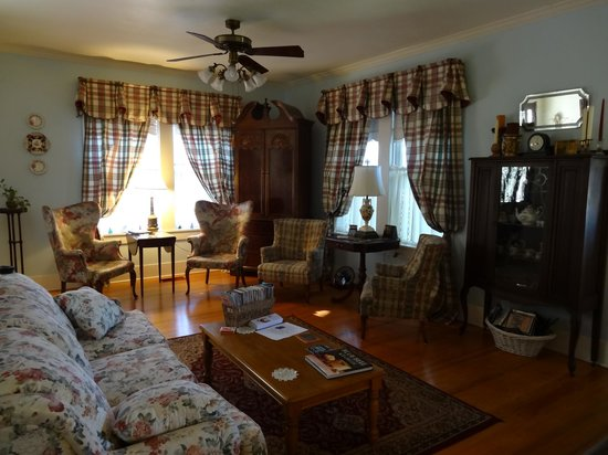 Brenham House Bed and Breakfast: Relax in the main area if you just have to :-)