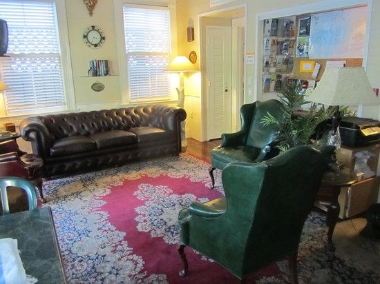 Curry House Bed and Breakfast: Living room area downstairs
