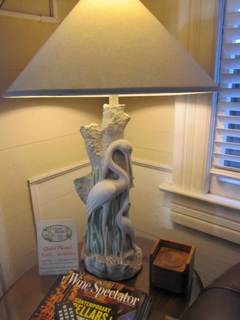 Curry House Bed and Breakfast: Pretty lamp in living room