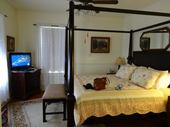 Brenham House Bed and Breakfast : Comfortable Bed - Like sleeping at Grandma's