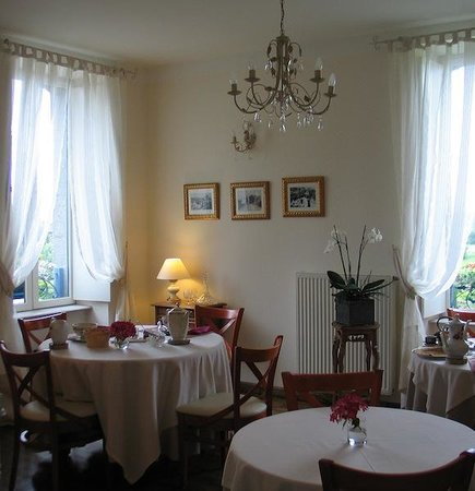 Chateau Mont-Dol : Simple elegance; dining room with tables dressed for breakfast