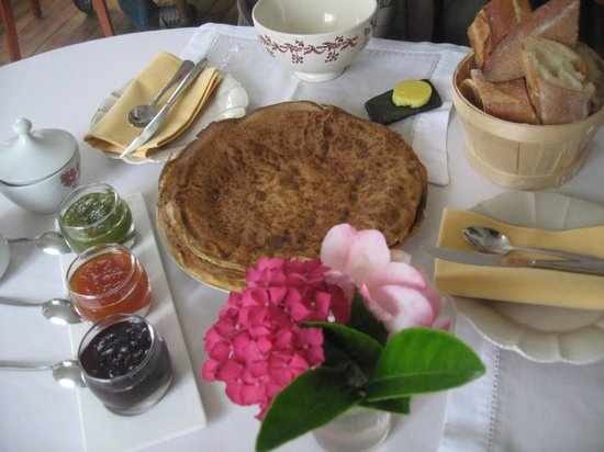 Chateau Mont-Dol : Homemade crepes for breakfast; the table is always exquisitely dressed
