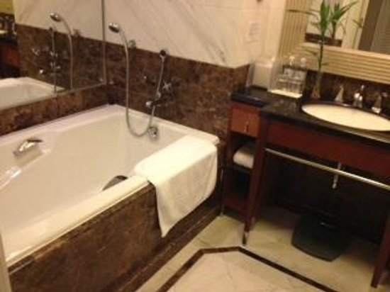 Jin Jiang Hotel: Spacious Bathroom with separate standing shower and bath tub
