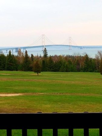 Super 8 St. Ignace: Great View of the bridge from our first floor room