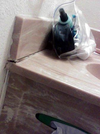 Days Inn Warrensburg: bathroom sink